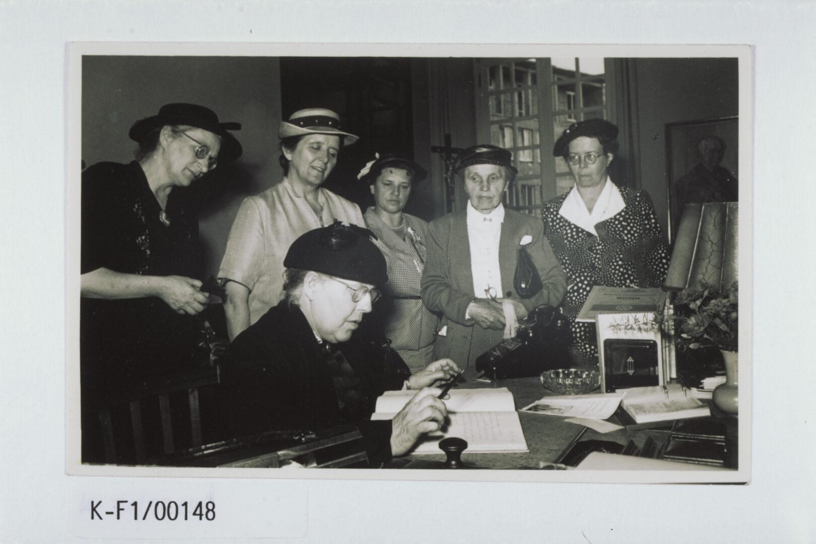 Historisches Foto: Helene Weber trägt sich beim Empfang ins Gästebuch der Stadt Bonn ein