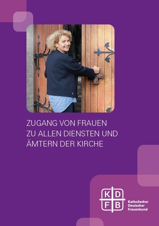 KDFB Broschüre Weihe Titelbild Frau öffnet Kirchentüre