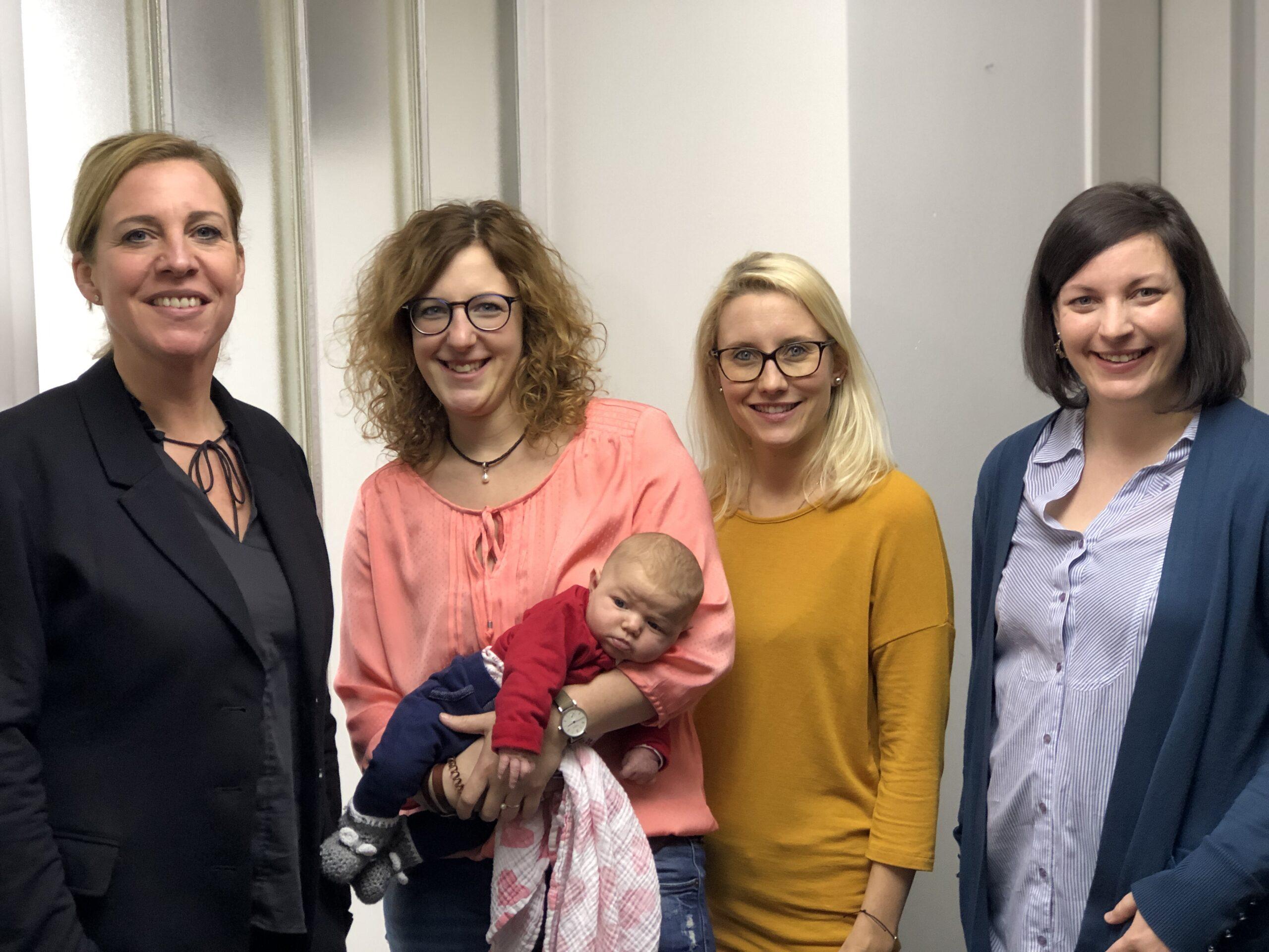 4 KDFB Frauen mit Neugeborenem als Gruppenfoto bei einem Video-Dreh