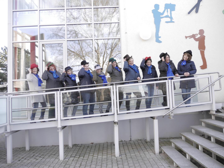 KDFB Frauen mit Hüten zur Erinnerung an 100 Jahre Frauenwahlrecht
