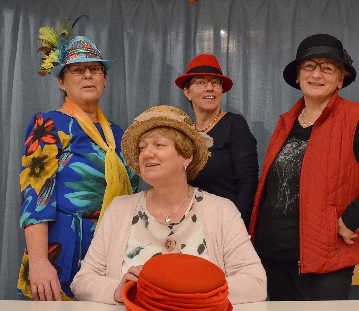 4 KDFB Frauen mit Hüten zur Erinnerung an 100 Jahre Frauenwahlrecht