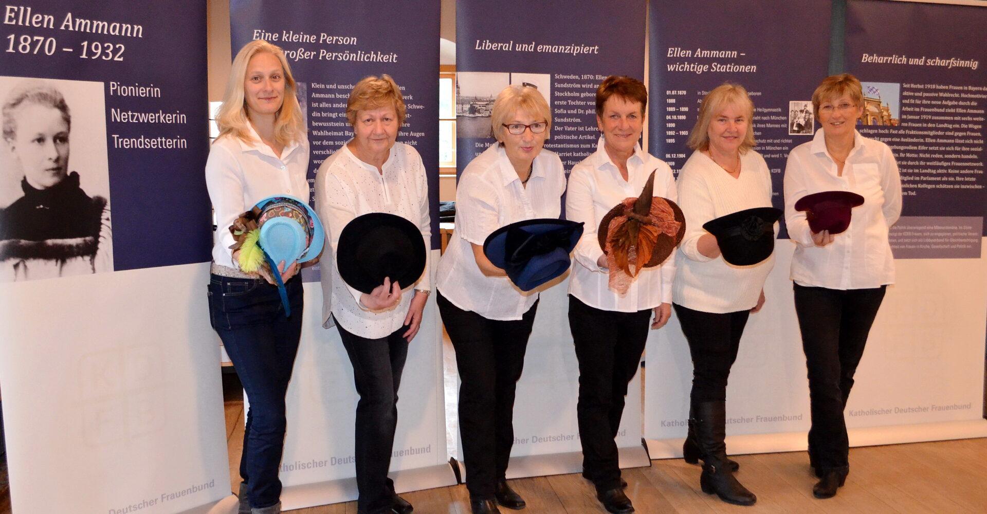 6 KDFB Frauen mit Hüten zur Erinnerung an 100 Jahre Frauenwahlrecht