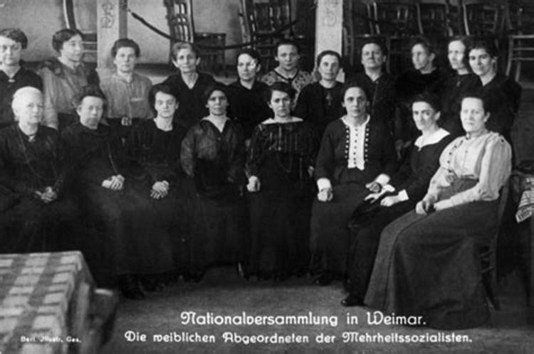 Historisches Foto: Weibliche Abgeordnete bei der Nationalversammlung in Weimar